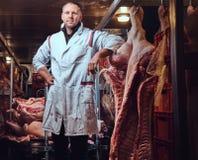 Ο χασάπης σε ένα εργοστάσιο κρέατος στοκ εικόνα με δικαίωμα ελεύθερης χρήσης