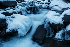 Ο χειμερινός ποταμός, το τοπίο που συλλαμβάνεται από μια θολωμένη μετακίνηση και που πλαισιώνεται από τον μπλε πάγο Στοκ Εικόνες