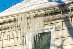 Ο χειμώνας είναι χειμώνας - αλλά η άνοιξη είναι πλησίον Τα παγάκια λένε την αλήθεια Στοκ φωτογραφία με δικαίωμα ελεύθερης χρήσης