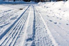 Ο χειμώνας είναι χειμώνας - σκληρά για να κινηθεί στο χιονώδη δρόμο Στοκ φωτογραφία με δικαίωμα ελεύθερης χρήσης