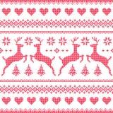 Ο χειμώνας, κόκκινος άνευ ραφής Χριστουγέννων το σχέδιο με τα ελάφια και τις καρδιές Στοκ Εικόνες