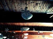 Ο χειμώνας οι διακοσμήσεις σε ένα ξύλινο ανώτατο όριο Στοκ Φωτογραφία