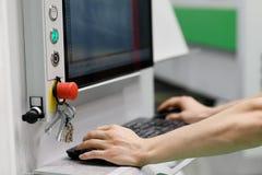 Ο χειριστής ελέγχει τη λειτουργία του εξοπλισμού CAM CAD στοκ εικόνες με δικαίωμα ελεύθερης χρήσης