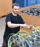 Ο χειριστής επισκευάζει μια μηχανή σε βιομηχανικές εγκαταστάσεις με τα εργαλεία - π Στοκ Εικόνες