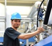 Ο χειριστής επισκευάζει μια μηχανή σε βιομηχανικές εγκαταστάσεις με τα εργαλεία - π Στοκ φωτογραφία με δικαίωμα ελεύθερης χρήσης
