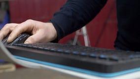 Ο χειριστής μηχανών εισάγει τα στοιχεία στο βιομηχανικό ψηφιακό CNC λέιζερ απόθεμα βίντεο
