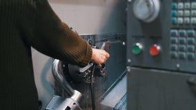 Ο χειριστής μηχανών ξεπλένει τον τόρνο με ένα υγρό απόθεμα βίντεο