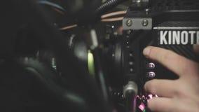 Ο χειριστής πιέζει τα κουμπιά στη κάμερα για να συντονίσει την κινηματογράφηση σε πρώτο πλάνο εξοπλισμού απόθεμα βίντεο
