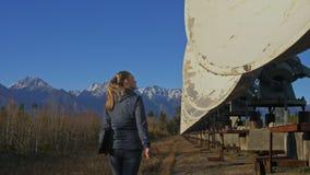 Ο χειριστής σπουδαστών γυναικών του ιδρύματος ηλιακής επίγειας φυσικής ελέγχει τον εξοπλισμό επικοινωνίας στο σημειωματάριο μοναδ απόθεμα βίντεο