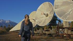 Ο χειριστής σπουδαστών γυναικών του ιδρύματος ηλιακής επίγειας φυσικής ελέγχει τον εξοπλισμό επικοινωνίας στο σημειωματάριο μοναδ φιλμ μικρού μήκους