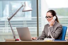 Ο χειριστής τηλεφωνικών κέντρων που εργάζεται στο γραφείο της στοκ εικόνες με δικαίωμα ελεύθερης χρήσης