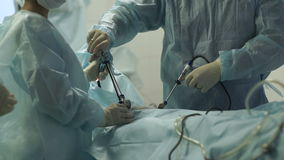 Ο χειρούργος κάνει μια λειτουργία φιλμ μικρού μήκους