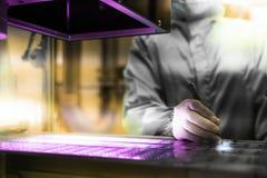 Ο χημικός επιστήμονας εργάζεται σε ένα πείραμα στο επιστημονικό εργαστήριο εργαστηριακών έρευνας και ανάπτυξης επιστήμης έννοια στοκ φωτογραφίες