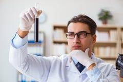 Ο χημικός μηχανικός που εργάζεται στα δείγματα πετρελαίου στο εργαστήριο Στοκ εικόνες με δικαίωμα ελεύθερης χρήσης