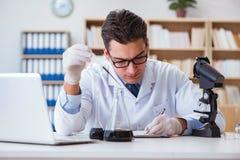 Ο χημικός μηχανικός που εργάζεται στα δείγματα πετρελαίου στο εργαστήριο Στοκ Φωτογραφίες