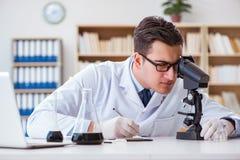 Ο χημικός μηχανικός που εργάζεται στα δείγματα πετρελαίου στο εργαστήριο Στοκ εικόνα με δικαίωμα ελεύθερης χρήσης