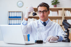 Ο χημικός μηχανικός που εργάζεται στα δείγματα πετρελαίου στο εργαστήριο Στοκ φωτογραφία με δικαίωμα ελεύθερης χρήσης