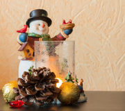 Ο χιονάνθρωπος ένα κηροπήγιο με το κάψιμο των κεριών Στοκ Εικόνες