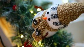 Ο χιονάνθρωπος λογαριάζει κοντά αυξημένος από την κορυφή φιλμ μικρού μήκους