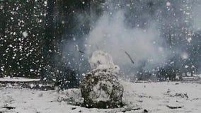 Ο χιονάνθρωπος, firecrackers εκρήγνυται, σε αργή κίνηση 1000 fps απόθεμα βίντεο