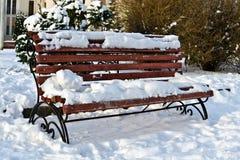 Ο χιονισμένος πάγκος θερμαίνει στον ήλιο στοκ φωτογραφία με δικαίωμα ελεύθερης χρήσης