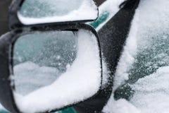 Ο χιονώδης δευτερεύων καθρέφτης αυτοκινήτων και αυτό απεικονίζει τη χιονισμένη πόρτα οδηγών ` s γυαλιού Στοκ εικόνα με δικαίωμα ελεύθερης χρήσης