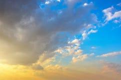 Ο χνουδωτός σωρείτης καλύπτει πριν από το ηλιοβασίλεμα σε μια όμορφη κλίση ουρανού από το μπλε στο πορτοκάλι Στοκ εικόνες με δικαίωμα ελεύθερης χρήσης