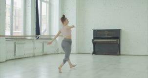 Ο χορευτής αυτοσχεδιάζει στο σύγχρονο χορό την εκτέλεση απόθεμα βίντεο