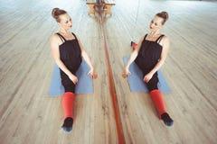 Ο χορευτής κάνει την προθέρμανση στοκ εικόνες