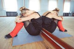 Ο χορευτής κάνει την προθέρμανση στοκ φωτογραφία με δικαίωμα ελεύθερης χρήσης