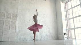 Ο χορευτής μπαλέτου περιστρέφει σε ένα κλασικό tutu και pointe τα παπούτσια Ένα νέο ballerina χορεύει tiptoe ενάντια φιλμ μικρού μήκους