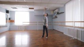 Ο χορευτής στην αίθουσα για τις πρόβες Απασχολείται στις μετακινήσεις για το χορό Σύγχρονος - ο σύγχρονος φυσικός χορός φιλμ μικρού μήκους