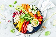 Ο χορτοφάγος τσιμπά το πιάτο - ζωηρόχρωμα λαχανικά και εμβυθίσεις Στοκ εικόνα με δικαίωμα ελεύθερης χρήσης