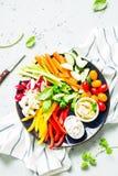Ο χορτοφάγος τσιμπά το πιάτο - ζωηρόχρωμα λαχανικά και εμβυθίσεις Στοκ Εικόνα