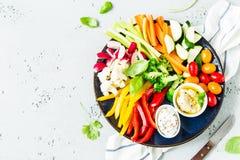 Ο χορτοφάγος τσιμπά το πιάτο - ζωηρόχρωμα λαχανικά και εμβυθίσεις Στοκ φωτογραφία με δικαίωμα ελεύθερης χρήσης