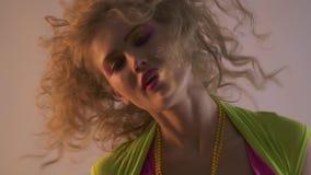 ο χορός κοριτσιών κομμάτων της δεκαετίας του '80 στο disco, κλείνει επάνω φιλμ μικρού μήκους
