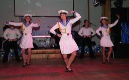 Ο χορός του ναυτικού το bullseye που εκτελείται το μέγαρο μουσικής από τους χορευτές, δράστες του συγκροτήματος της Αγία Πετρούπο Στοκ φωτογραφία με δικαίωμα ελεύθερης χρήσης