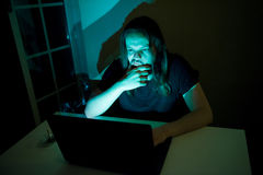 Ο χρήστης κοιτάζει για να αγοράσει κάτι μέσω του Διαδικτύου Στοκ φωτογραφία με δικαίωμα ελεύθερης χρήσης