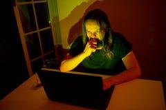 Ο χρήστης κοιτάζει για να αγοράσει κάτι μέσω του Διαδικτύου Στοκ φωτογραφίες με δικαίωμα ελεύθερης χρήσης
