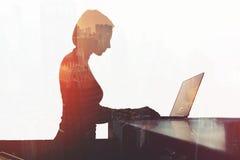 Ο χρήστης του Ίντερνετ κοριτσιών Hipster του φορητού προσωπικού υπολογιστή συνδέει με το ασύρματο σύστημα 5ης παραγωγής Στοκ Φωτογραφία