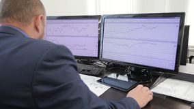 Ο χρηματοδότης ατόμων εξετάζει τα διαγράμματα στη συνεδρίαση οθονών υπολογιστή στην αρχή απόθεμα βίντεο