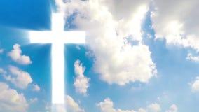 Ο χριστιανικός σταυρός εμφανίζεται φωτεινός στον ουρανό απόθεμα βίντεο