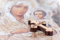 Ο Χριστιανός ευλόγησε την ξύλινη διαγώνια και ιερή μητέρα στο υπόβαθρο Στοκ εικόνα με δικαίωμα ελεύθερης χρήσης