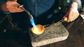 Ο χρυσοχόος φλέγει ένα κομμάτι του κοσμήματος σε ένα μικροσκοπικό πιάτο Κόσμημα εργασίας Jeweler απόθεμα βίντεο