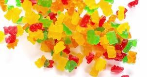 Ο χρυσός αντέχει ή Gummy αρκούδες που πέφτουν στο άσπρο κλίμα, φιλμ μικρού μήκους