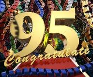 Ο χρυσός αριθμός ενενήντα πέντε με τη λέξη συγχαίρει σε ένα υπόβαθρο των ζωηρόχρωμων κορδελλών και του χαιρετισμού τρισδιάστατη α διανυσματική απεικόνιση