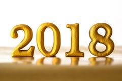Ο χρυσός αριθμός 2018 που τοποθετείται στο σκοτεινό κομψό τόνο νύχτας γοητείας Στοκ Εικόνες