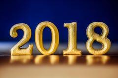 Ο χρυσός αριθμός 2018 που τοποθετείται στο χρυσό κομψό τόνο νύχτας γοητείας Στοκ εικόνες με δικαίωμα ελεύθερης χρήσης