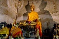 Ο χρυσός Βούδας στη σπηλιά Στοκ φωτογραφία με δικαίωμα ελεύθερης χρήσης