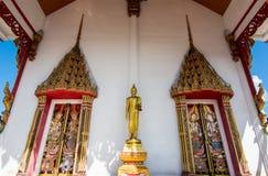 Ο χρυσός Βούδας είναι μπροστά από τις πόρτες του ναού Στοκ Εικόνες